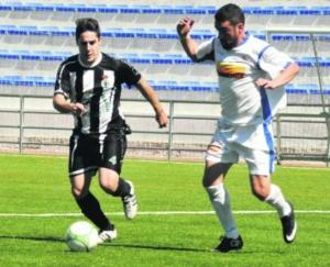 Juan Ruz controla un balón ante el pichichi Miguel Ruiz en el Carolinense - Arjonilla | Foto: Diario Jaén