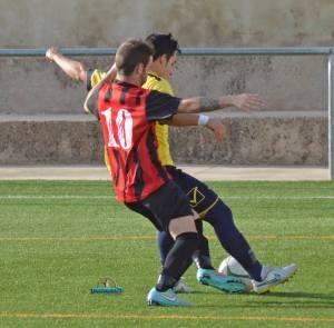 Willy pelea un balón con un jugador navero | Manuel Zapata