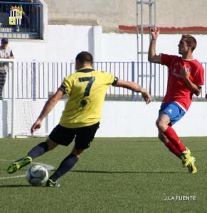 Juan Haro prueba el tiro ante un defensor del Guarromán | J. De la Fuente