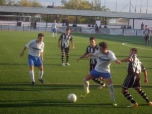 Un jugador del Lopera controla un balón | Lopera Digital