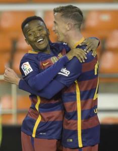 Camara se abraza a Kaptoum tras asistir en el gol   Mundo Deportivo