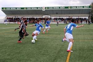Vaca controla un balón ante Juanito | Alfonso Rueda