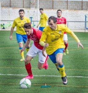 Iván se lleva un balón en presencia de Carballo | Manuel Zapata