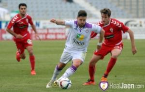 Paco Sutil controla un balón ante un jugador murciano | www.realjaen.com