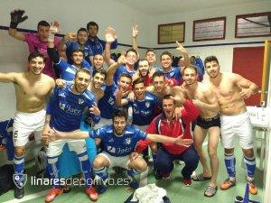 El filial celebró en el vestuario su victoria ante el Arjonilla | Linares Deportivo