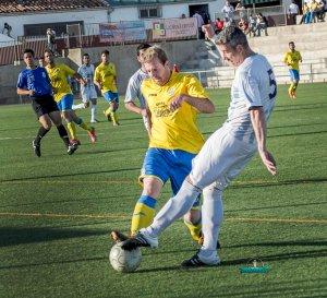 Espinosa pugna por un balón ante un jugador navero | Manuel Zapata