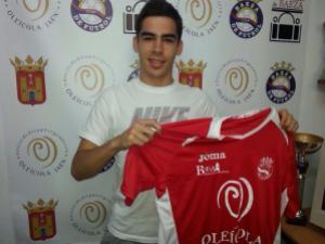 Juan Cruz posa con la camiseta del Baeza CF   Baeza CF