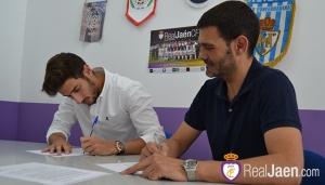 Álvaro Moral junto a Tejada en el momento de la firma | Real Jaén CF