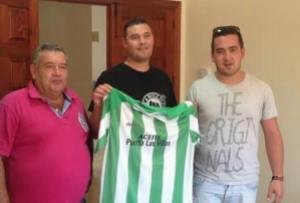 Juan Jiménez posa con la camiseta | Mogón CF