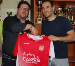 Mané posa con su nueva camiseta | CD Santisteban