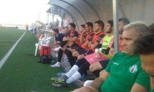 Juan Arsenal y su banquillo observan el partido | Atco Mancha Real