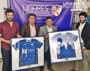 Presidente de la Diputación y Alcalde posan con las camisetas | Linares Deportivo